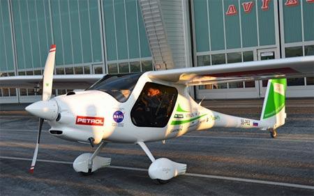 Matevz flyger jordenrunt i miniflygplan