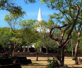 sl-2017-polonnaruwa-vit-tempel-fram
