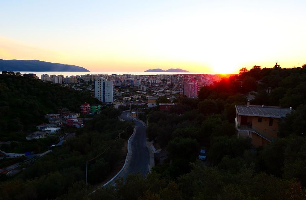albanien-kustvagen-vlore-solned1