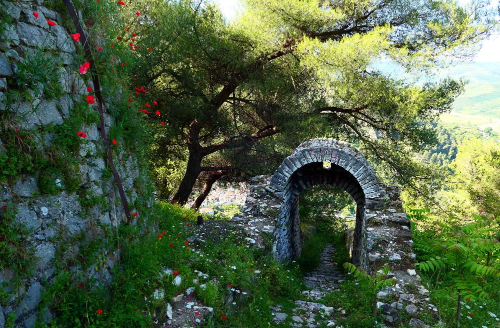 berat-albanien-fort-gate-baksida