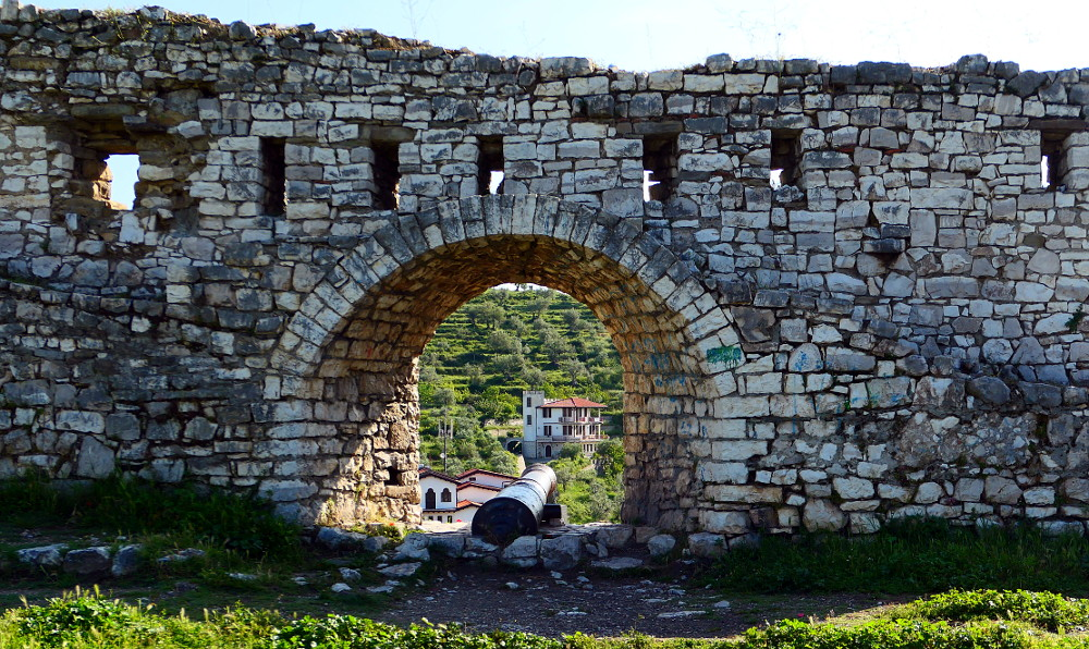 berat-albanien-fort-kanon1