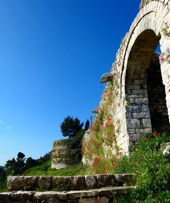 berat-albanien-fort-mur-gate