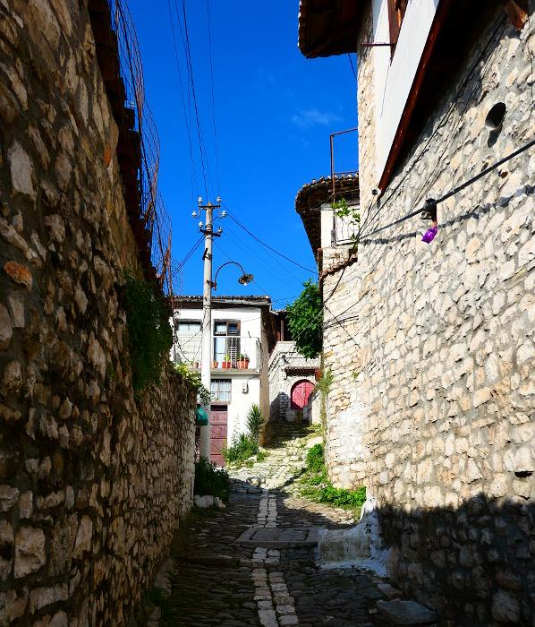 berat-albanien-stenvag-upp