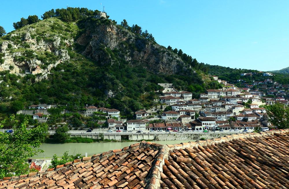 berat-albanien-tak-flod-hus