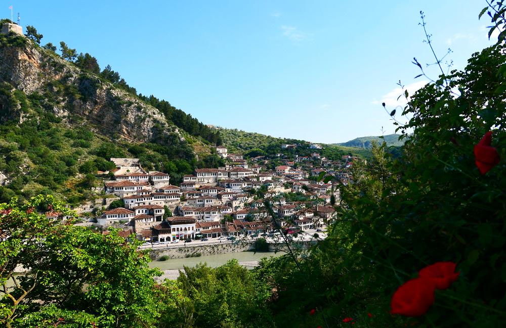berat-albanien-vybild-flod-hus