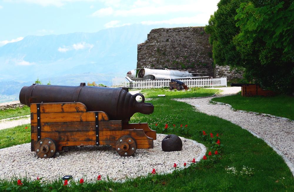 gjirokaster-albanien-fortet-kanon-planet