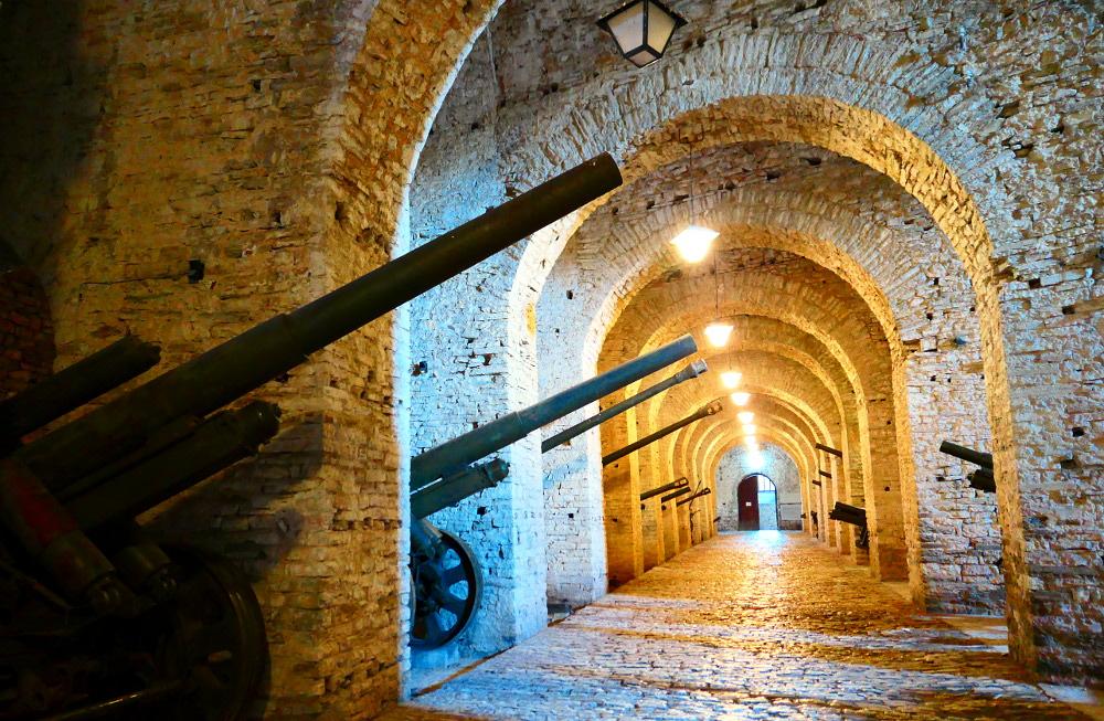 gjirokaster-albanien-fortet-kanoner