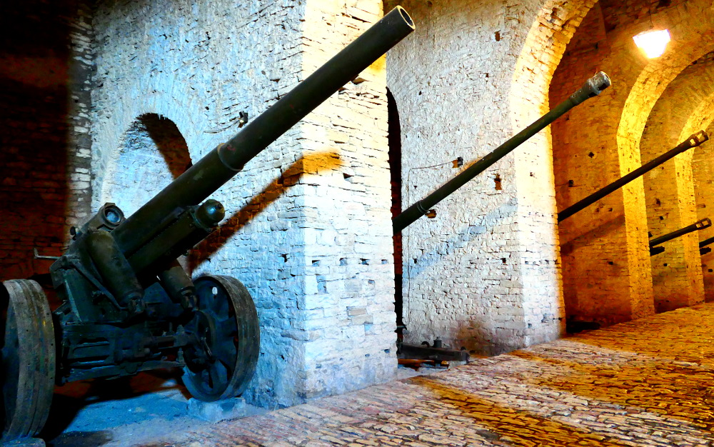 gjirokaster-albanien-fortet-kanoner2