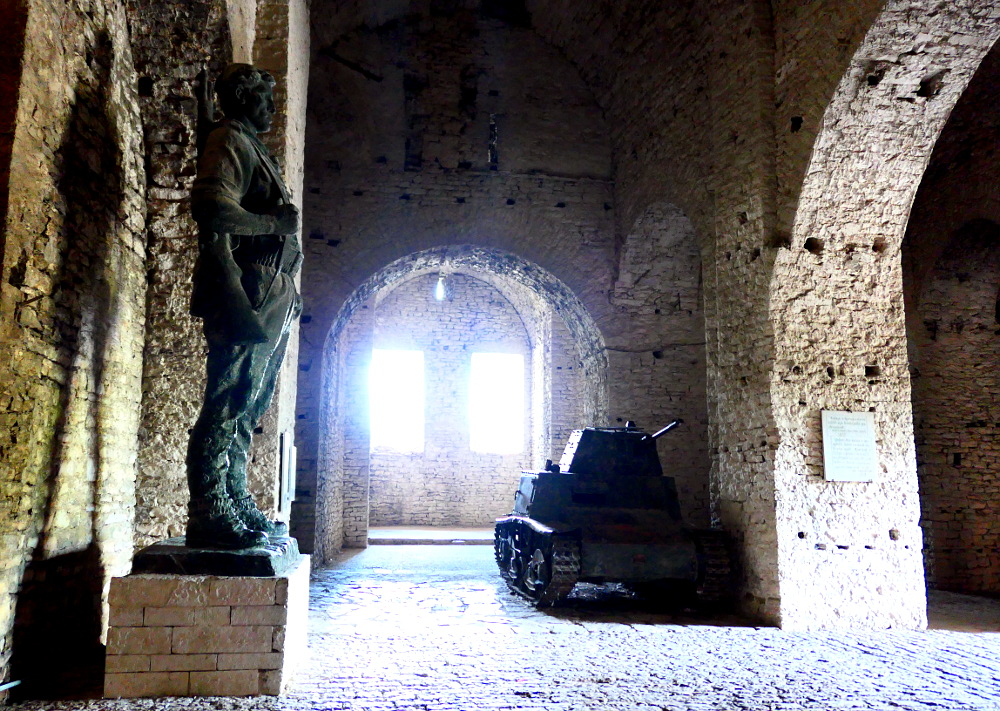 gjirokaster-albanien-fortet-staty-tank