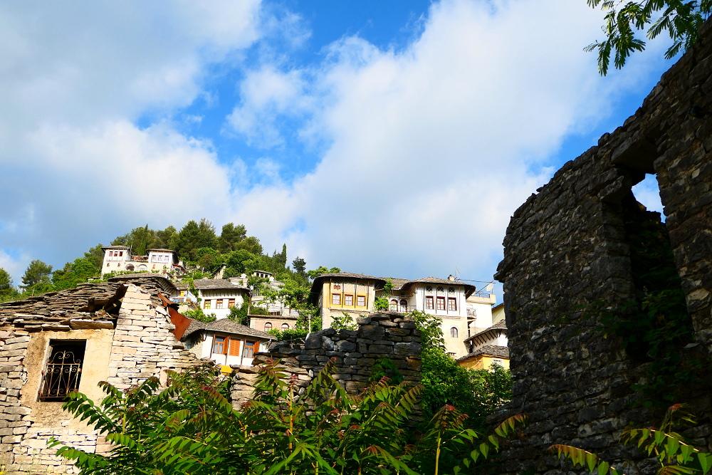 gjirokaster-albanien-mur-plus-hus-bergstopp