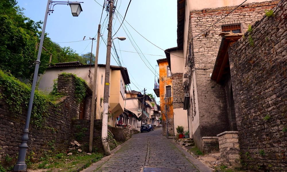 gjirokaster-albanien-vag-upp
