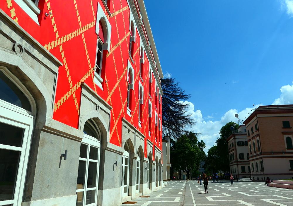 tirana-albanien-center-nymalat-hus1