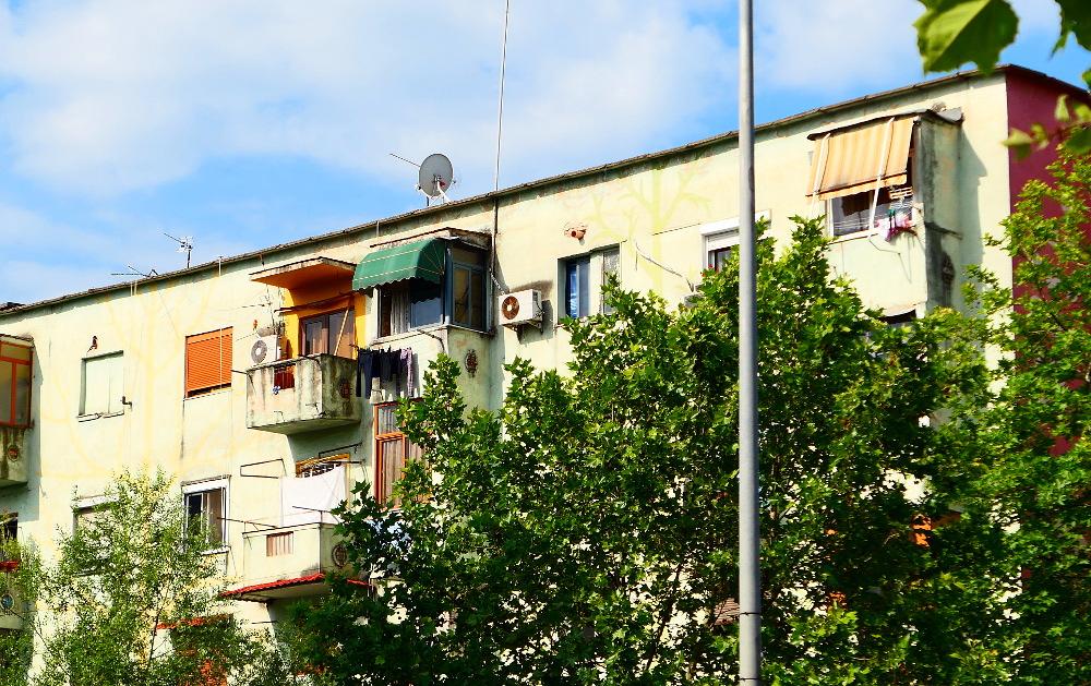 tirana-albanien-farg-hus-risigt1