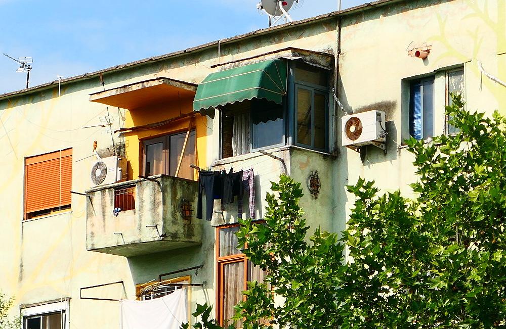 tirana-albanien-farg-hus-risigt2