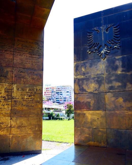tirana-albanien-staty-hus-bakgrund
