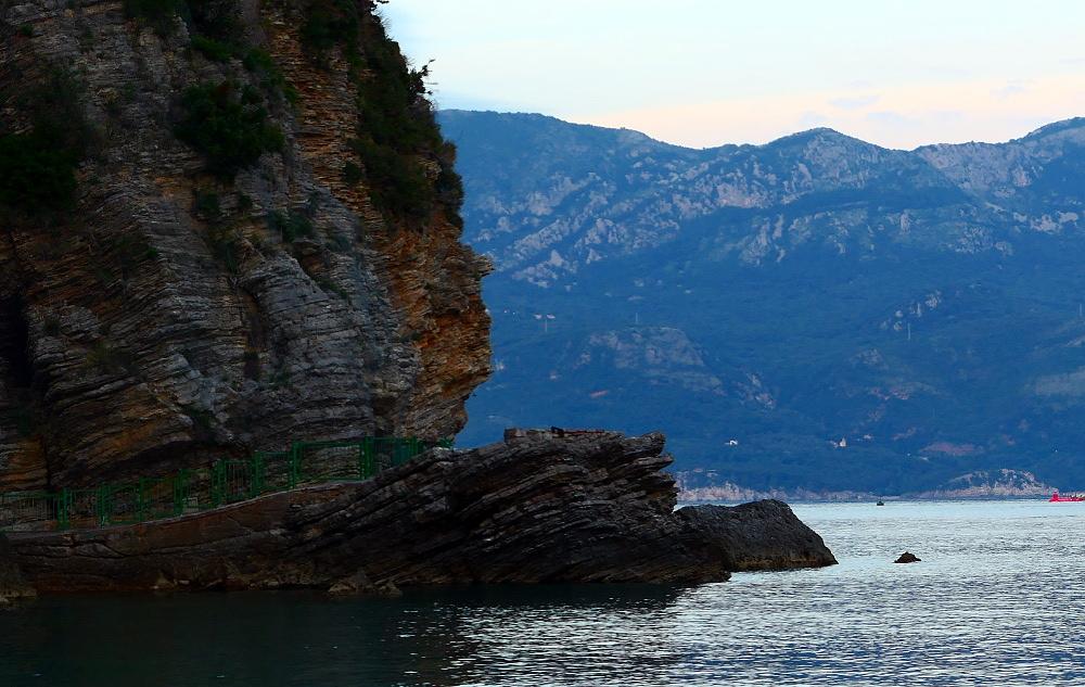 montenegro-budva-strandpromenad