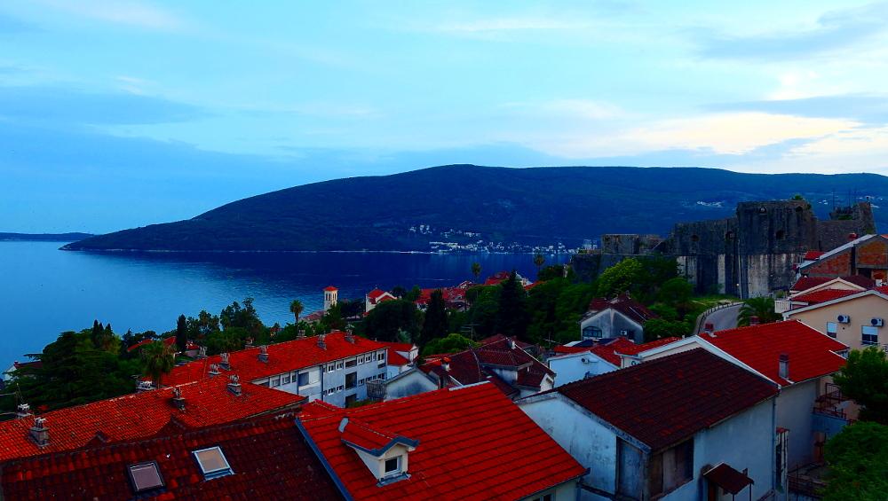 montenegro-herceg-novi-vybild-skymning